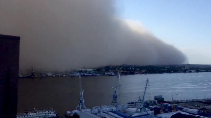 Желтая мгла: пыльная буря уходит из Астраханской области в Казахстан