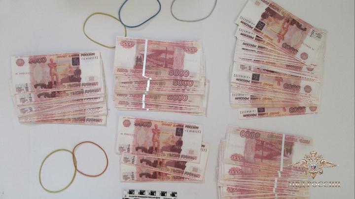 Мужчина фальшивками на 5 миллионов пополнил счет через банкоматы
