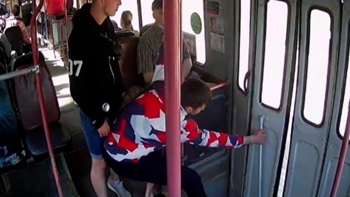 Хулиганов, избивших водителя троллейбуса, разыскивают в Калуге