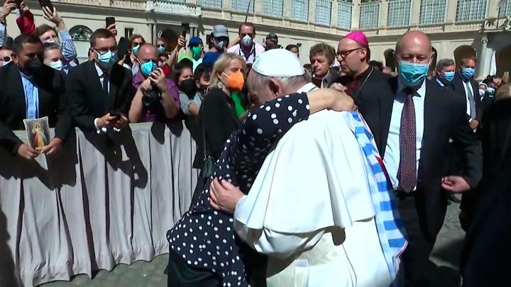 Папа Римский поцеловал руку бывшей узнице Освенцима