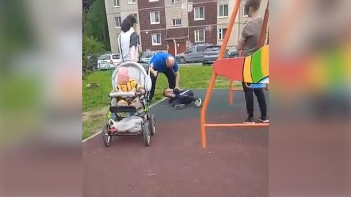 Мужчина избил ребенка на детской площадке и попал на видео