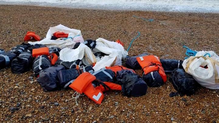 На пляжи Британии прилив вынес черные пакеты с кокаином в ананасах
