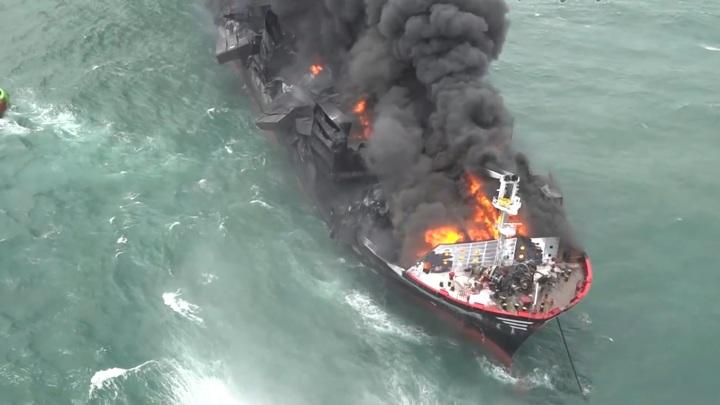 У порта Коломбо седьмые сутки горит контейнеровоз с опасным грузом