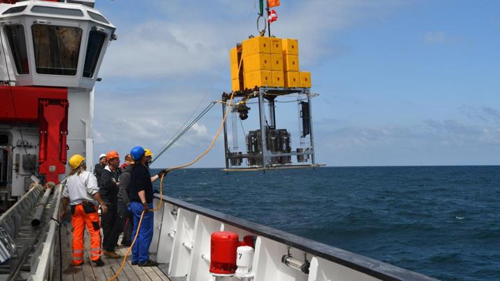 Учёные на борту исследовательского судна готовы к забору образцов с 8-километровой глубины у берегов Чили.