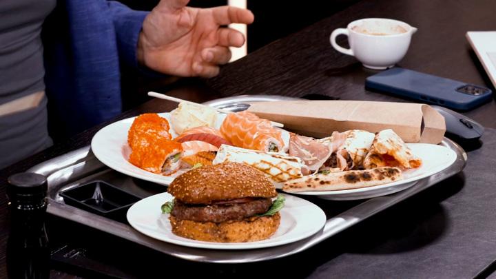 """Кадр из программы """"Доктор Мясников"""". Мясников разрешил съесть гамбургер, но призвал не увлекаться фастфудом"""