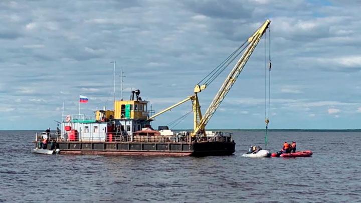 Затонувший катер подняли со дна Кубенского озера