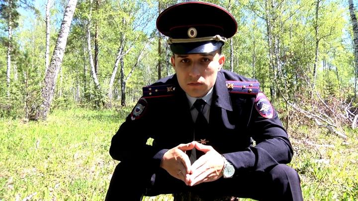Красноярское МВД показало грустного участкового, гуляющего по лесу