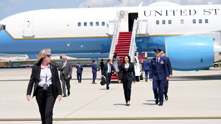 Самолет вице-президента США был вынужден вернуться на авиабазу