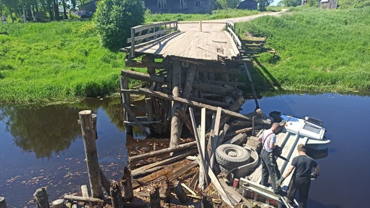 В Карелии загорелся ранее разрушенный грузовиком деревянный мост