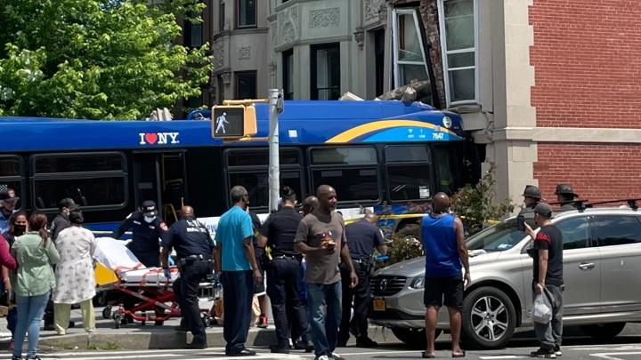 В Нью-Йорке автобус врезался в дом, пострадали 17 человек