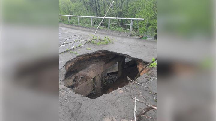 На севере Сахалина частично обвалился мост, отрезав жителей от мира