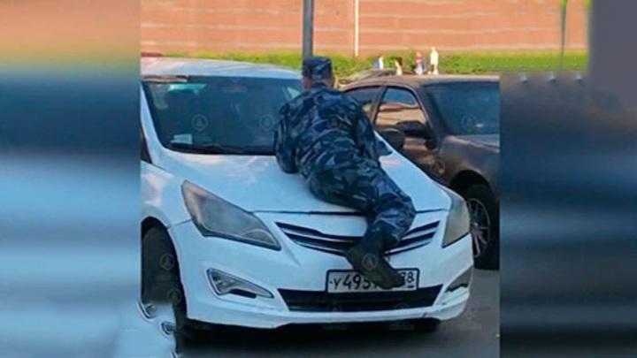Питерский охранник оседлал автомобиль пьяного мужчины в попытке его остановить