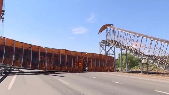 Известны подробности обрушения наземного пешеходного перехода под Курганом