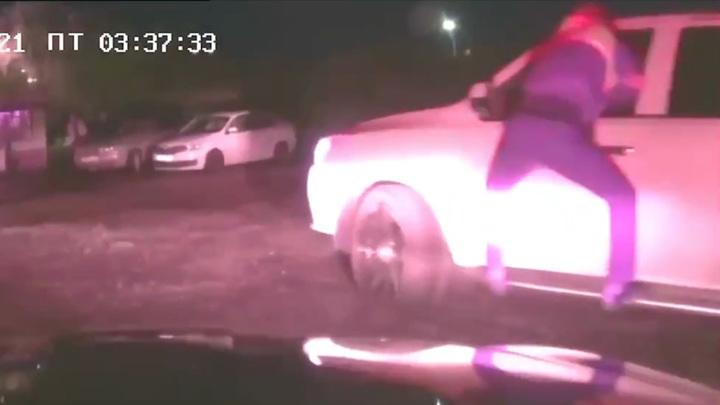 Пьяный водитель полтора километра вез зажатого инспектора ДПС. Видео