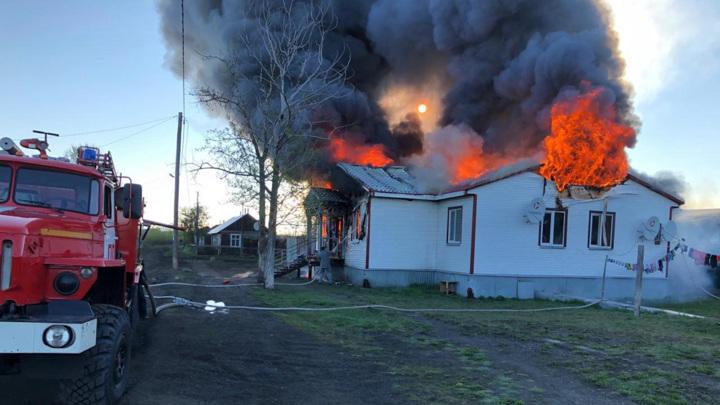 Два человека погибли во время крупного пожара в камчатском селе