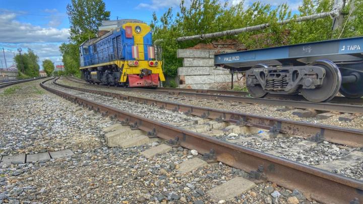 Мужчина лишился части ноги под колесами грузового поезда в Томске