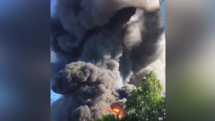 Вертолет прилетел к месту пожара на АЗС в Новосибирске
