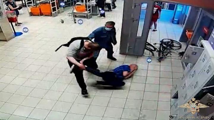 Полиция задержала велосипедиста, избившего охранника в магазине