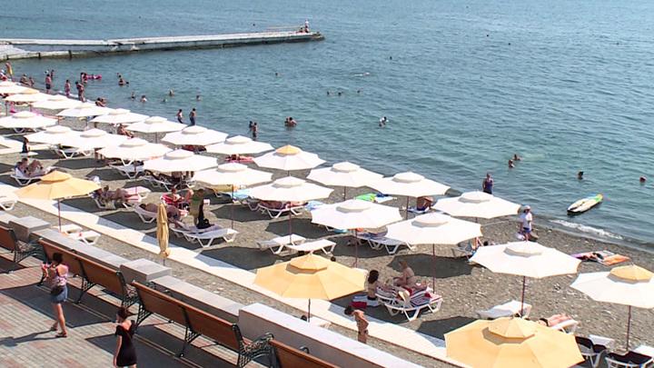 """""""Здравствуй, красивая жизнь"""": россияне массово скупают туры на осенние пляжи Сочи"""