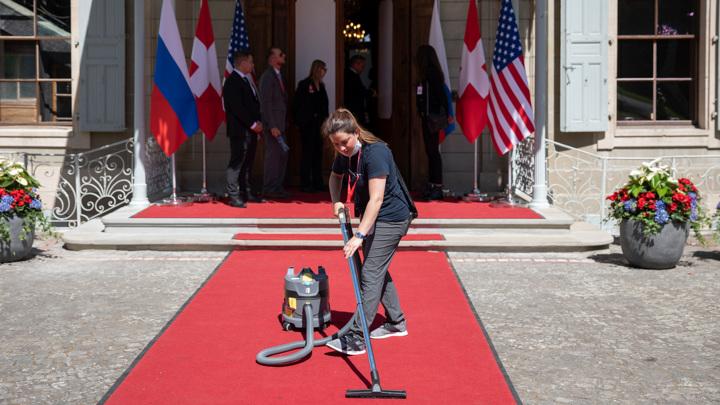 Красноречивые детали саммита: кортеж со скорой, ковры и Peace of cake