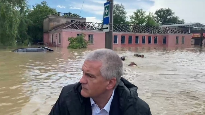 Глава Крыма осмотрел затопленную Керчь на моторной лодке