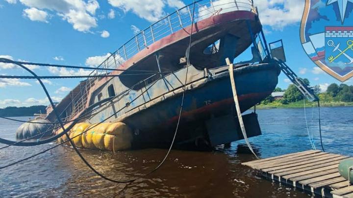 Под Петербургом со дна реки достали теплоход