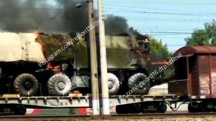 Никто не тушит: в Татарстане загорелся военный тягач