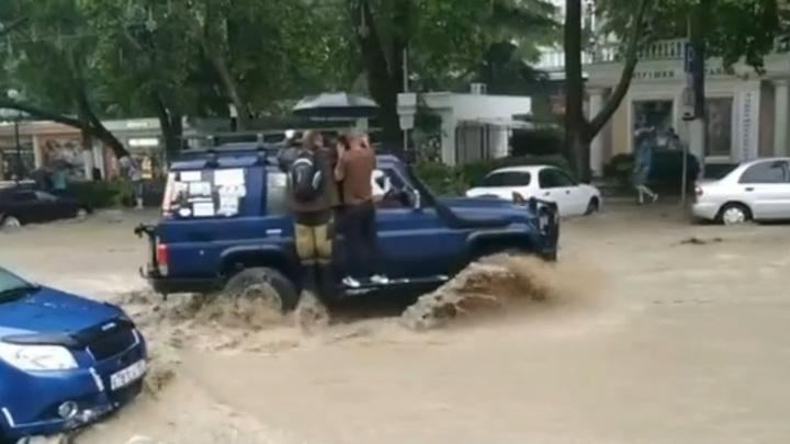 Водитель задействовал внедорожник как паром на затопленной улице в Ялте