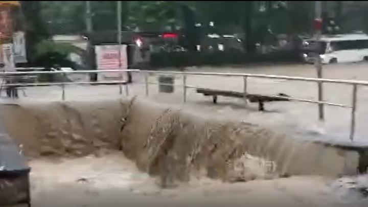 В Ялте полностью перекрыт проезд в центр