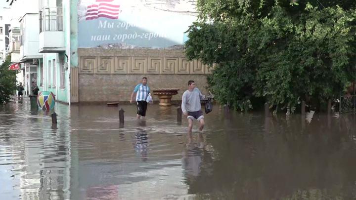 В Севастополе МЧС эвакуировало взрослых и детей из зоны бедствия