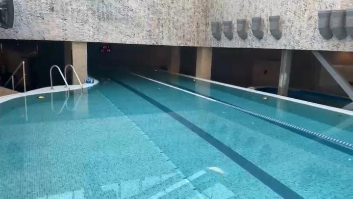 Восьмилетнюю девочку за волосы засосало в слив бассейна