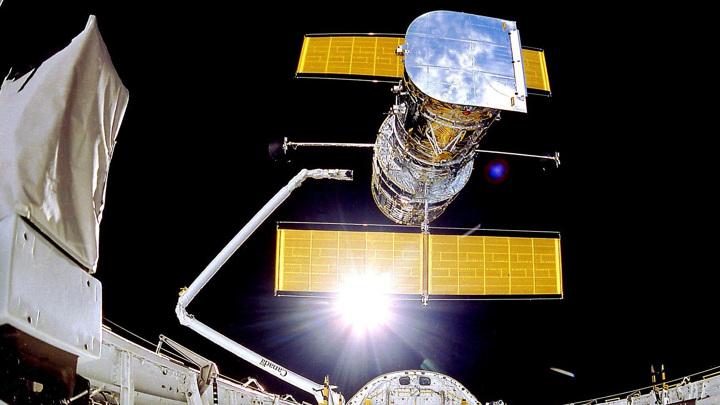 """Размещённый на околоземной орбите телескоп """"Хаббл"""" может """"разглядеть"""" объекты, находящиеся в десятках миллиардов световых лет от Земли."""