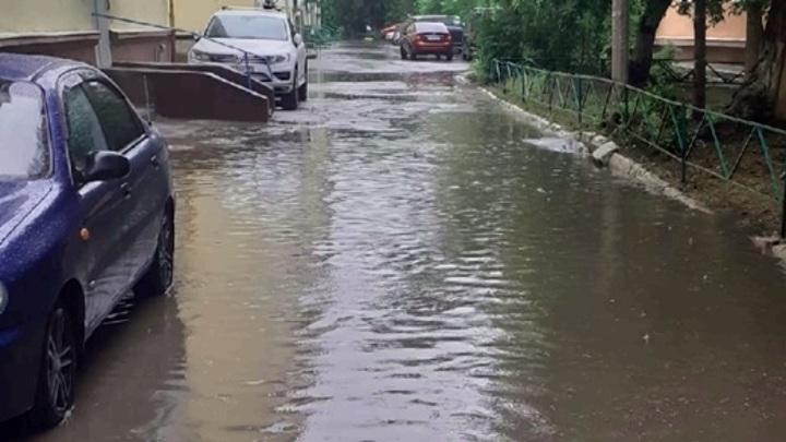 В Омске из-за проливных дождей взяли на особый контроль дороги
