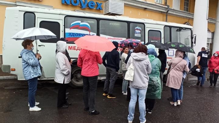 На Алтае в пунктах вакцинации от ковида начался ажиотаж