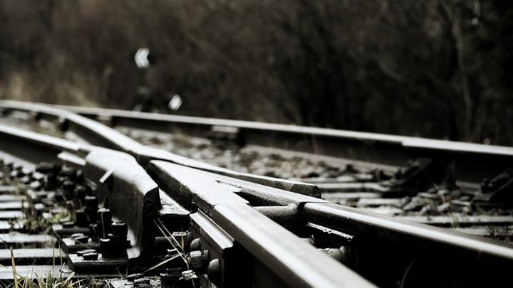 Поезд насмерть сбил пенсионерку-сибирячку из-за застрявшего колеса тележки