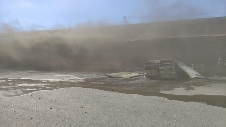 В Казани потушили пожар в огромном ангаре, где велись огневые работы