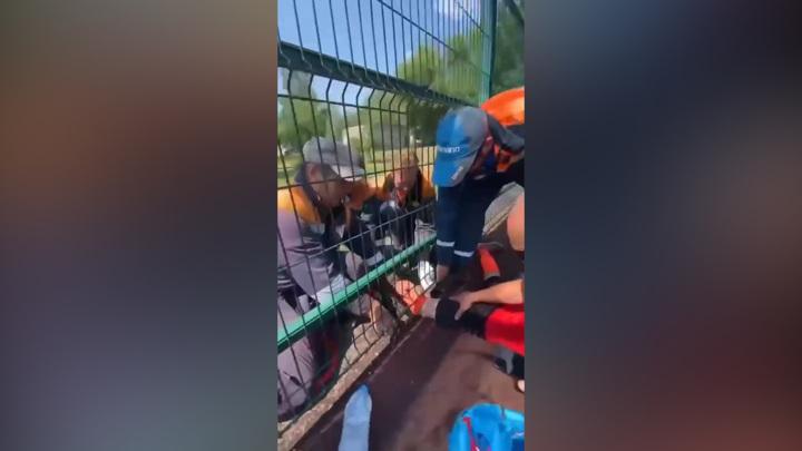 В Уфе юный футболист намертво застрял в металлическом заборе
