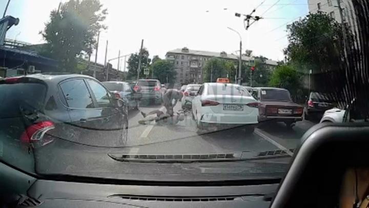 В Казани на проезжей части подрались таксист с велосипедистом