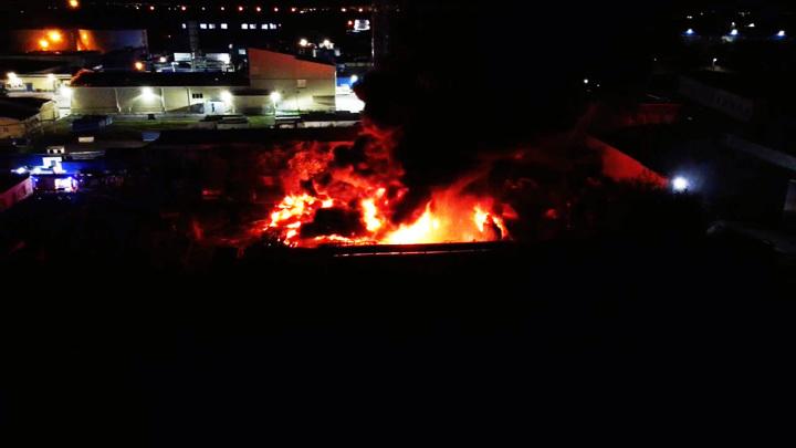 Мощнейший пожар на складе воронежского предприятия сняли на видео с высоты