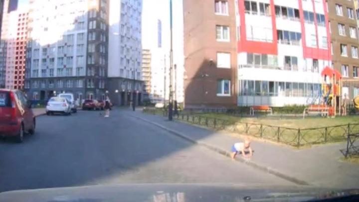 Годовалый ребенок выполз на проезжую часть под Петербургом