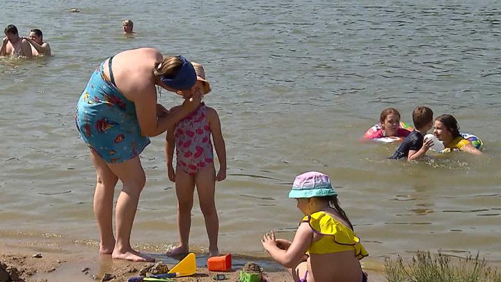 Запреты и опасности не смущают: жара выгнала москвичей на пляжи