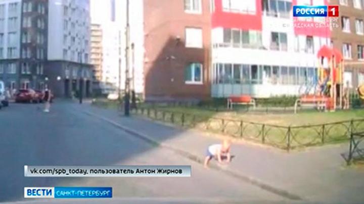 В Ленинградской области прохожие спасли годовалого малыша на дороге