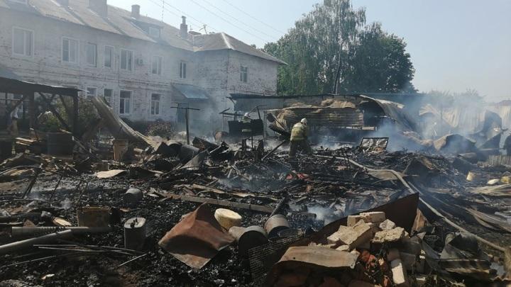 Двое пожарных пострадали при тушении огня в Ивановской области