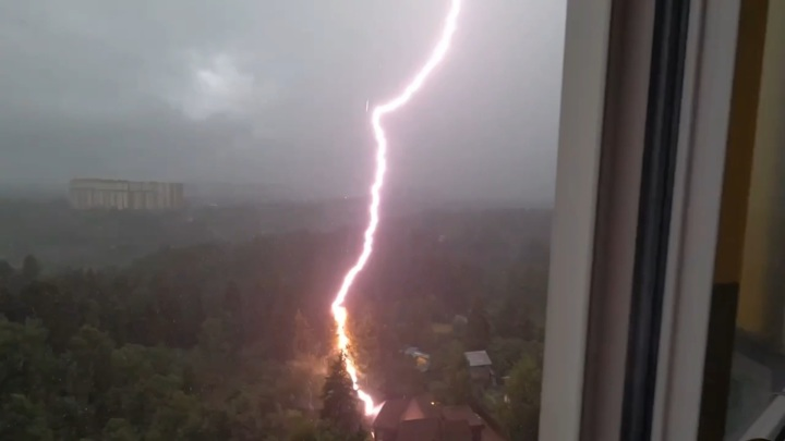 Удар молнии в частный дом в Химках попал на видео