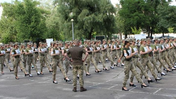 Сексистский скандал на Украине: с женщин-военных сняли каблуки