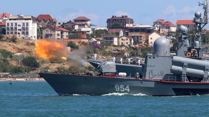 Ракетный катер ЧФ вышел в море на помощь тонущим украинцам