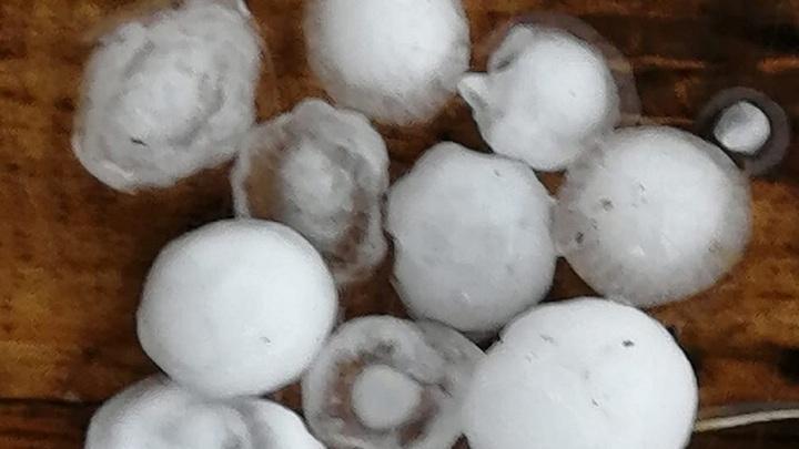 Град с перепелиное яйцо: непогода накрыла Челябинск