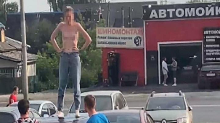 """""""Стало жарко"""": обнаженная по пояс сибирячка устроила шоу на крыше машины"""