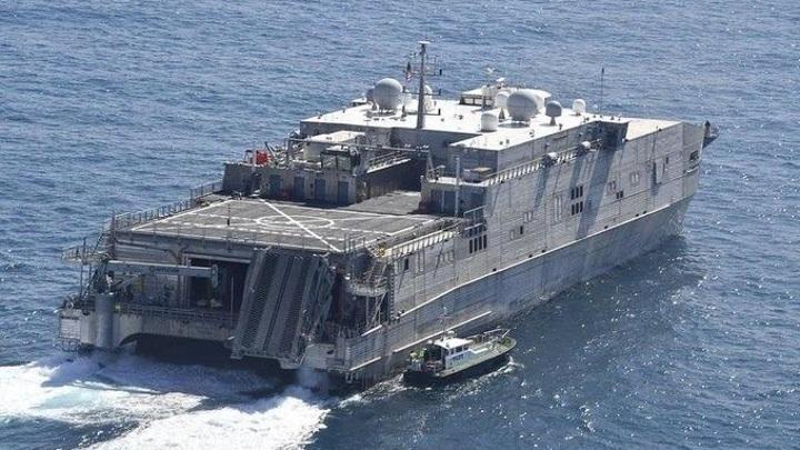 Транспортно-десантный корабль США плывет в Черное море