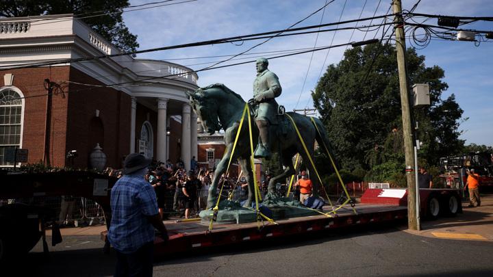 В Шарлотсвилле демонтировали памятники генералам Ли и Джексону